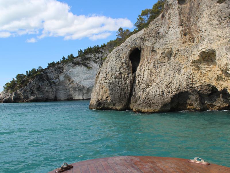 escrusoioni in barca alle grotte - svevo sea house